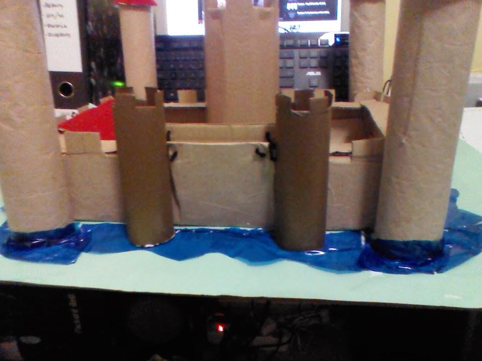 Castillo con materiales reciclados hecho a mano for Materiales para hacer una puerta