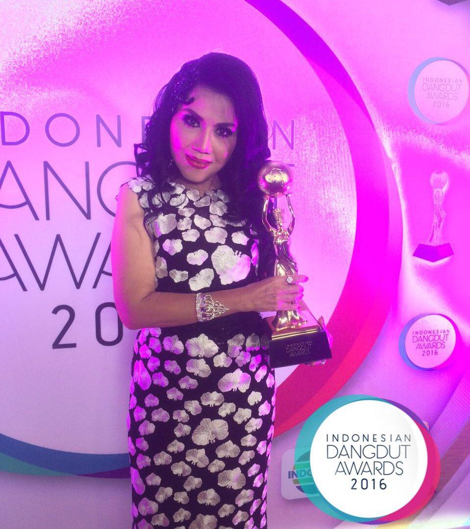 Bunda Rita Sugiarto | Lifetime Achievement IDA2016 [image by @IndosiarID]