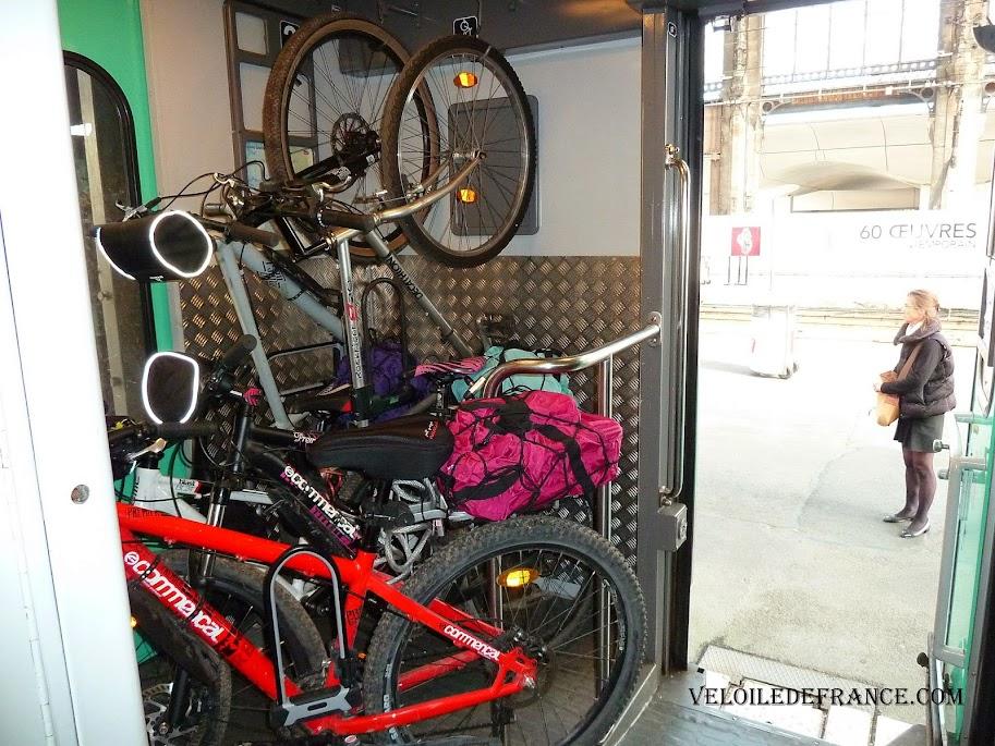 Emplacement vélo très biscornu dans les wagons Intercités et TER entre Paris-Austerlitz et Orléans  - La Loire à vélo sans prendre l'eau par veloiledefrance.com