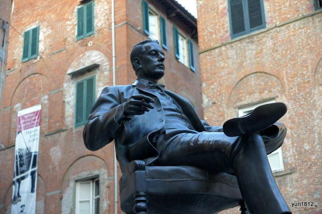 Памятник Джакомо Пуччини в Лукке, Италия. 2012 год