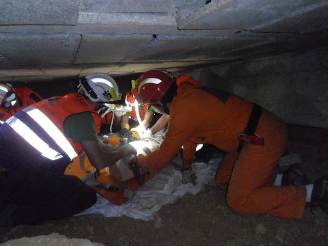 Participando con la camilla corta SKED en el taller de rescate en espacios confinados.