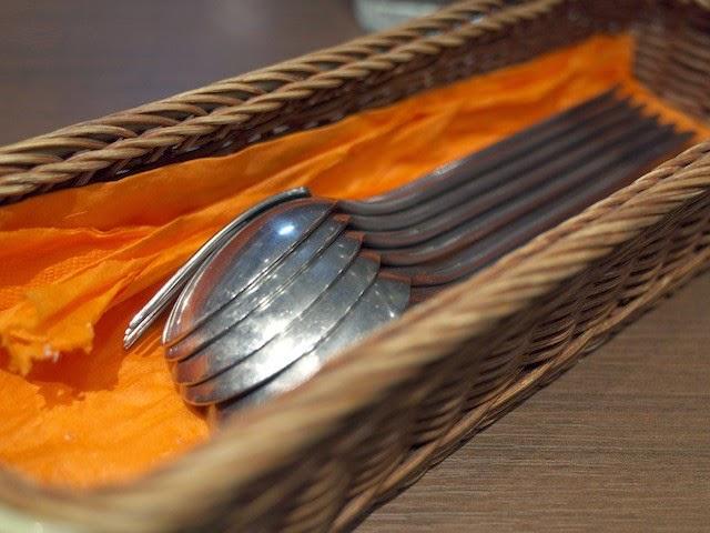 テーブルに置かれたフォークとスプーン