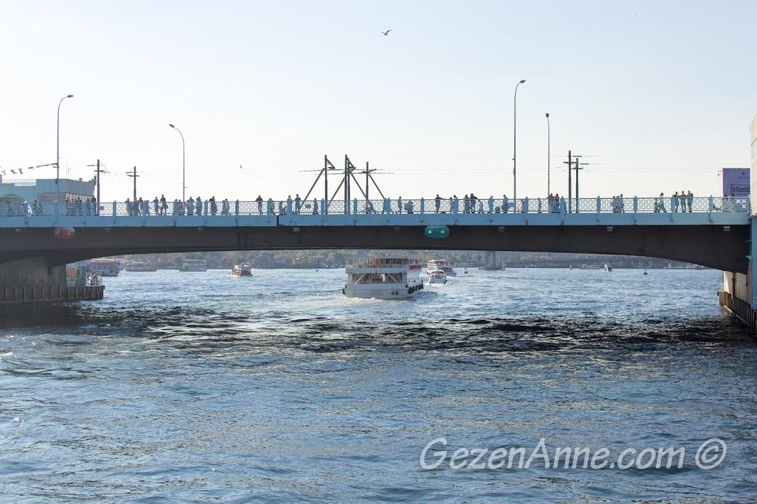 Eminönü'yü Karaköy'e bağlayan Galata Köprüsü