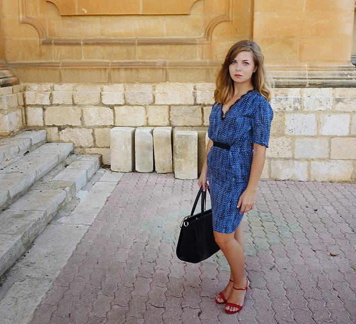 robe bleue, sandales rouges, color block, idée de tenue, inspiration look