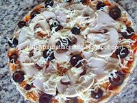 Pizza Capriciosa cu masline si ciuperci preparare