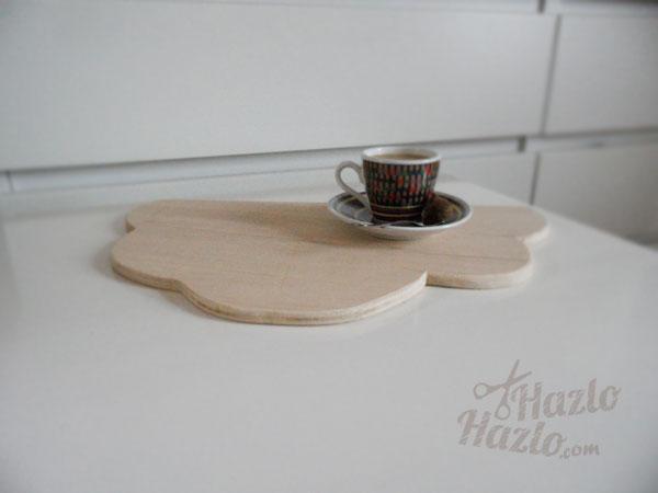 Una tabla de madera con forma de nube