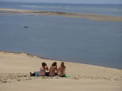 海を見つめるビキニ3人