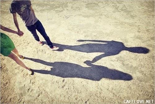 hình ảnh đôi tình nhân hạnh phúc đi với nhau dưới trời nắng