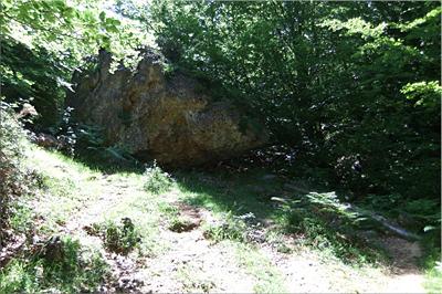 Tras la gran roca asoma la presa