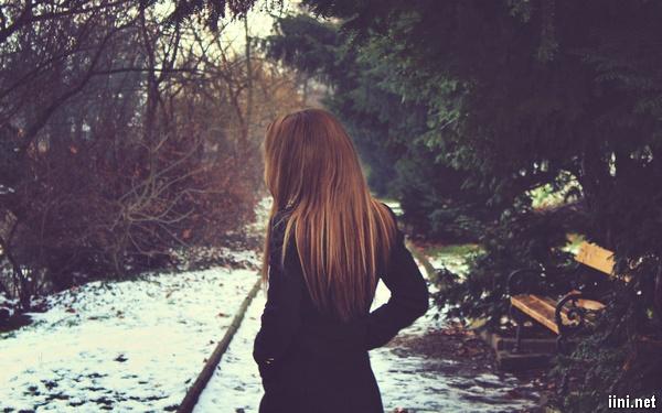 ảnh cô gái buồn trong mùa đông tuyết trắng