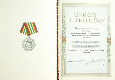 150b Medaille für treue Dienste in der Nationale Volksarmee für 10 Dienstjahre Punze 900 (2) www.ddrmedailles.nl