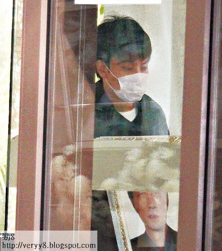 1月 8日上山火化 <br><br>周二( 8日)熊黛林阿哥熊林手持亡父遺照步入柴灣哥連臣角火葬場。戴上口罩的他在禮堂內神情憔悴,可見其喪父之痛。