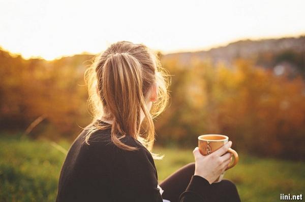 ảnh cô gái cầm cốc nước nhìn về phía xa xa