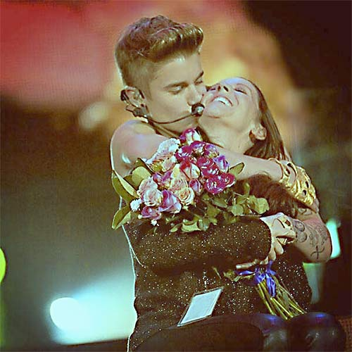 Bieber Serenades mom for mother's day during concert