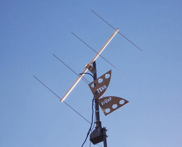 The KD6RF station antenna in Livermore,                       California. VTenn UltraWide Band Vivaldi at 22                       feet with 6.5 dBi gain at 144 MHz. Effective                       isotropic radiated power: 89 Watts (50 dBm). Above                       it is an Arrow 4 element 144 MHz Yagi antenna.