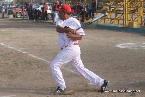 José Guadalupe Sánchez de CNC en el torneo sabatino de softbol
