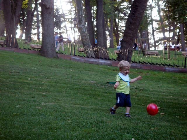 Emirgan korusunda top oynarken