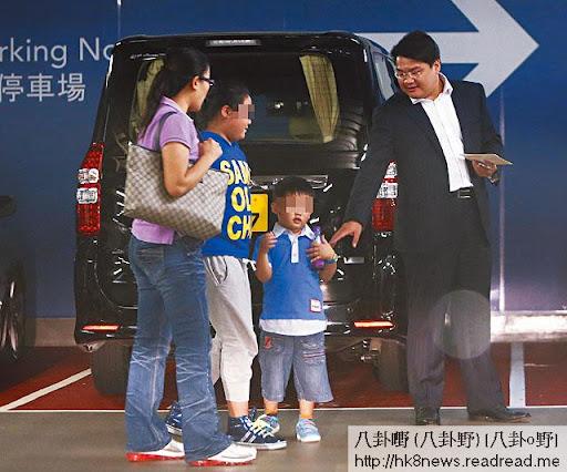 十一國慶,李聖潑一家到九龍站上蓋商場圓方食晚飯。左起︰挽著 Gucci手袋的張曉燕、大女 Natasha、兒子 Harman、西裝骨骨的李聖潑。