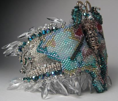 Широкий бисерный браслет на жесткой основе «Luna Moth», автор Эрин Симонетти (Eryn Simonetti)