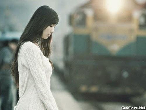 Hình ảnh người phụ nữ buồn vì tình yêu và muốn đi đến một nơi xa lạ