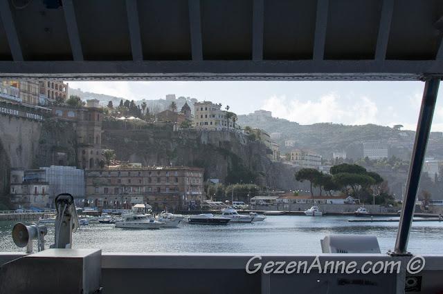 Capri adası feribotundan Sorrento limanı manzarası