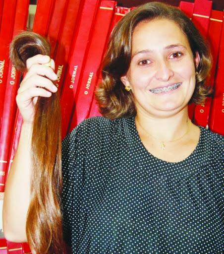 Rúbia Correa, doa cabelos para Hospital do Câncer.
