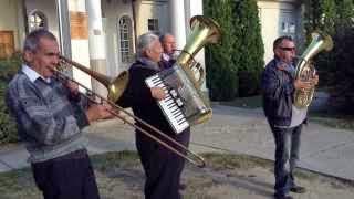 Szüreti bál Jákó 2013.09.21. - Zenekar a faluház udvarán