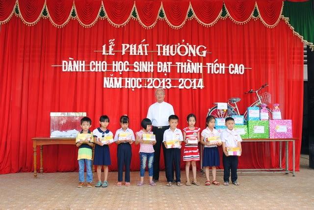 giao xu ngoc dong le phat thuong hoc sinh dat thanh tich cao trong hoc tap nien khoa 2013 - 2014