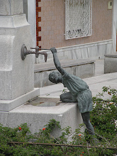Camino Mozarabe statue of boy at fountain