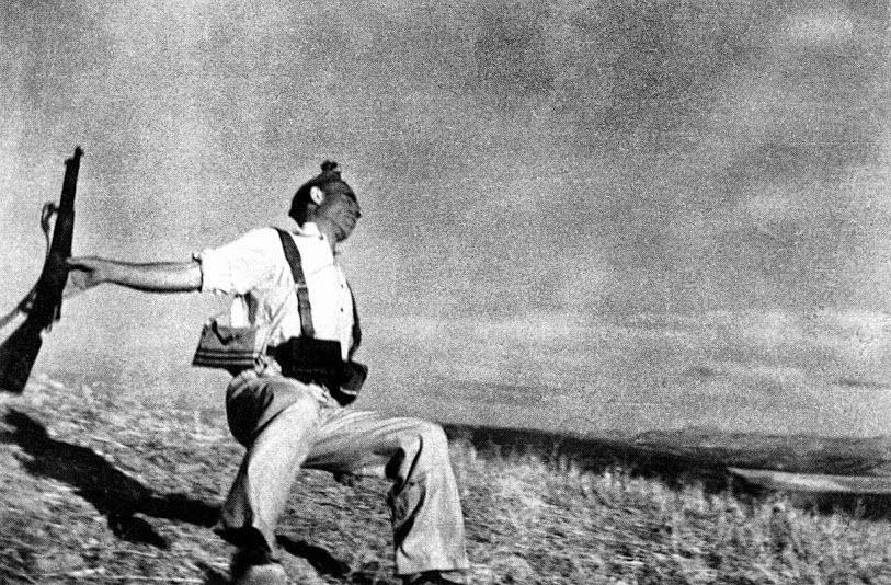 Foto tirada no exato momento em que um homem é alvejado por um tiro