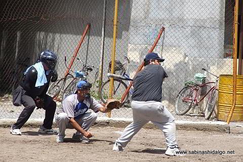 Jorge Martínez bateando por Albures V en el softbol del Club Sertoma