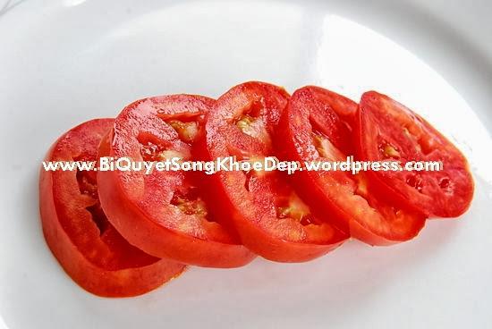 Cách phục hồi làn da bị cháy nắng bằng cà chua