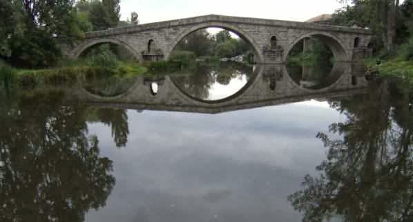 Fünfbogige osmanische Eselsrücken-Brücke über die Struma in Nevestino (Невестино), 15. Jh., Bulgarien