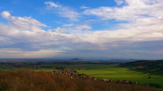 Blick vom Hochstein zur Landeskrone bei Görlitz, im Hintergrund das Riesengebirge.