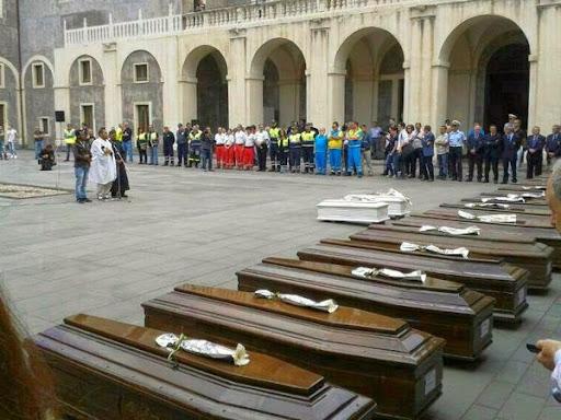 Catania, funerali di migranti, bare
