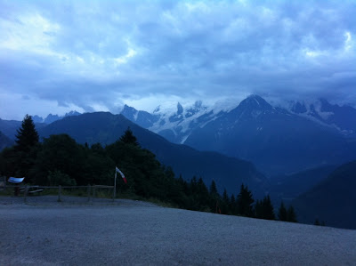la chaîne du Mont-Blanc, au crépuscule