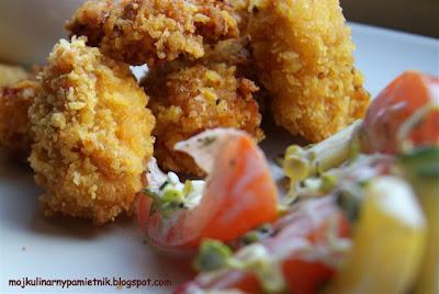 Nugetsy, sos czosnkowy i sałatka czyli domowy fastfood