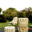 31  v popredí kamenné atrefakty a v pozadí zátišie s cykasmi a ukrytou pagodou.JPG