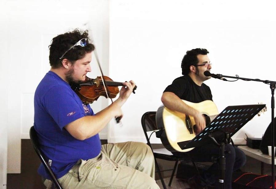 elias tocant el violí amb la col·laboració d'un altre interpret amb guitarra