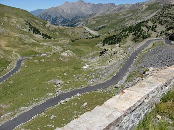 La route serpente dans un paysage de montagne