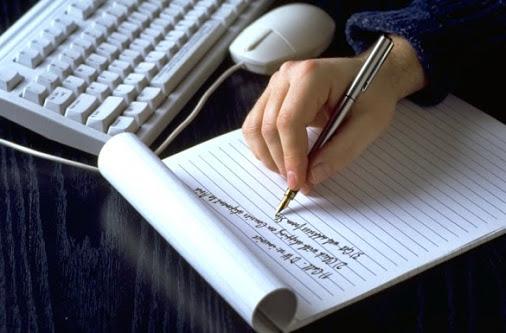 Ảnh cô gái đang viết sách