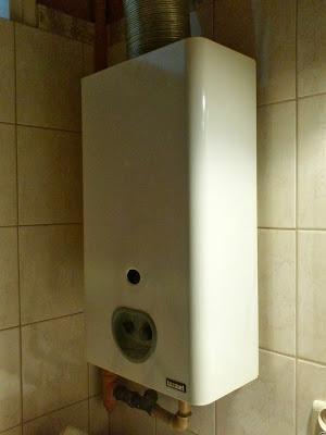 Gazowy przepływowy ogrzewacz wody firmy Termet.