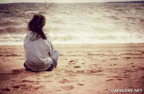 Hình ảnh cô gái ngồi 1 mình bên biển