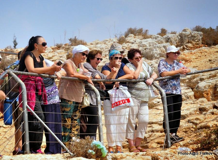 Возле пещеры Радуги, Меарат Кешет в национальном парке Адмит. Экскурсия по Западной Галилее. Гид в Израиле Светлана Фиалкова.