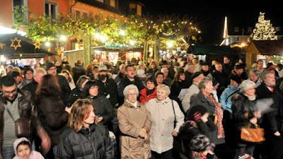 Reger Andrang herrschte bei der Eröffnung des Neuenburger Weihnachtsmarktes auf dem Rathausplatz.