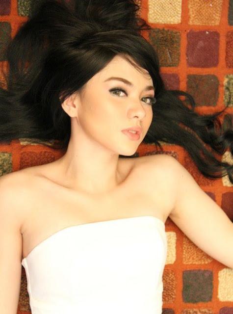 Foto: Vicky Shu Terlihat Sexy Dengan Tank Top Putih