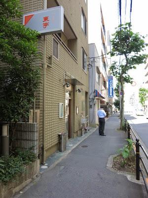 お店の前の通り。飾らない質素な外観。