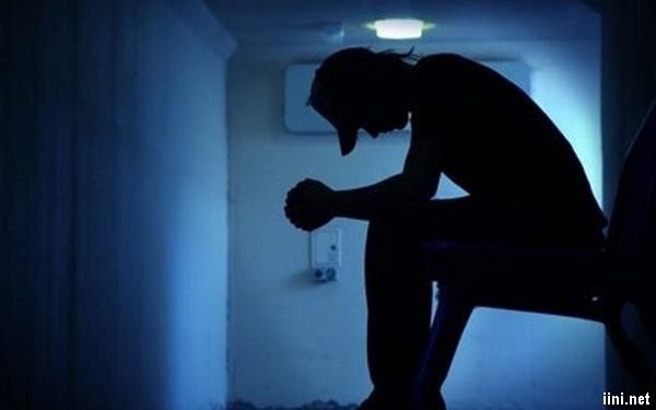 chàng trai buồn trong đêm