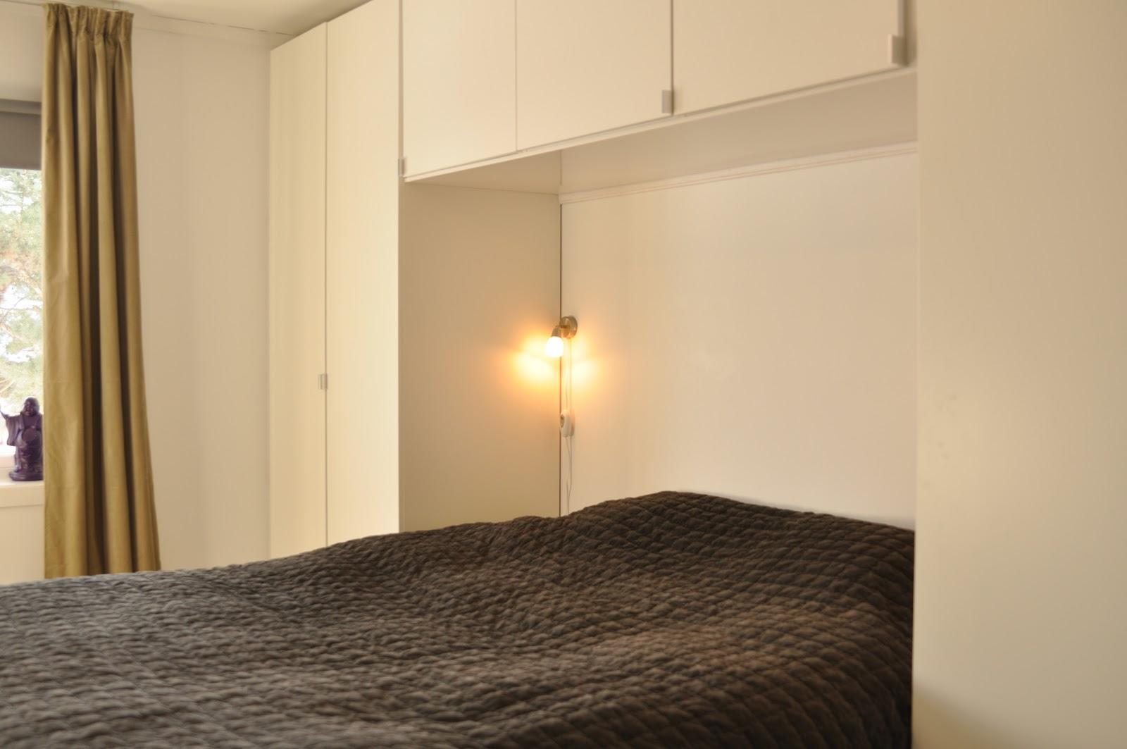 til tre skap over sengen garderobeskapene er pax og veggskapene er ...