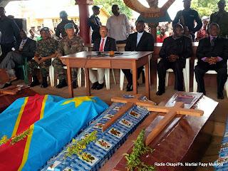 (Au centre, de g.à.d) Martin Kobler, chef de la Monusco et Julien Paluku, gouverneur du Nord-Kivu, assistent à la cérémonie d'hommage aux civils tués mardi à Beni par des hommes armés (Le 17/10/2014).